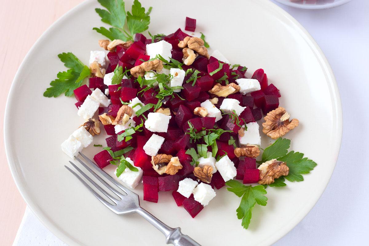 Rote Bete Salat mit Feta, Nüssen und Petersilie. Edyta Guhl