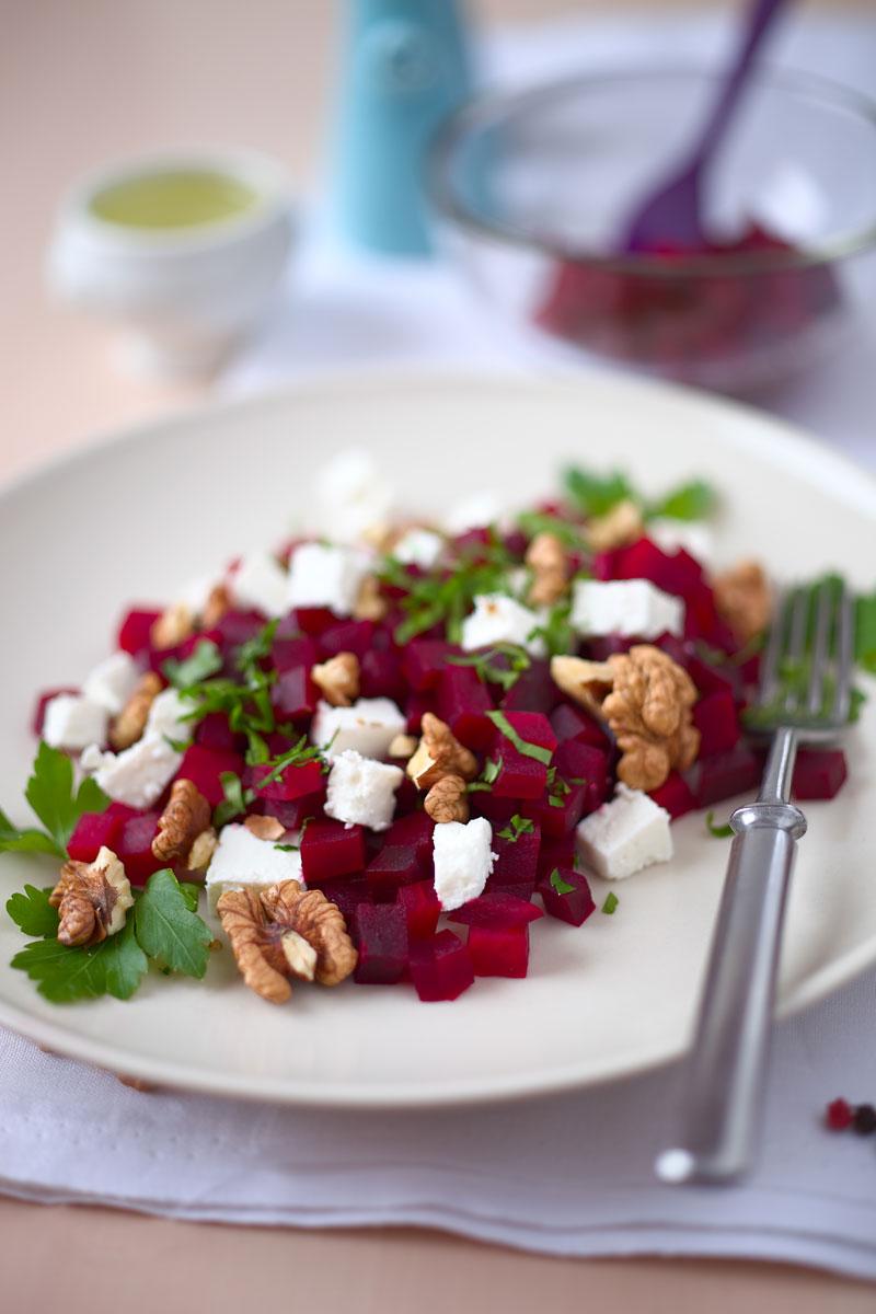 Rote Bete Salat mit Feta, Walnüssen und Petersilie. Edyta Guhl.