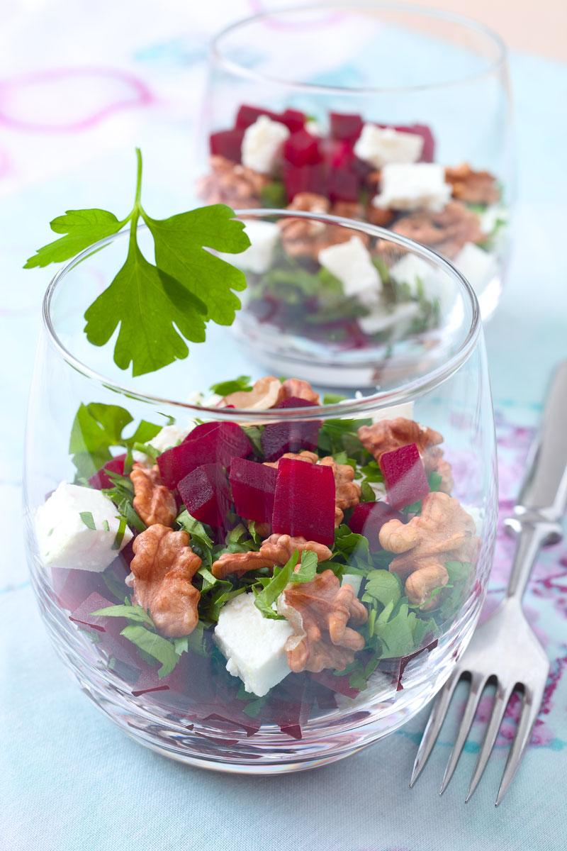 Rote Bete Salat mit Feta, Walnüssen und Petersilie