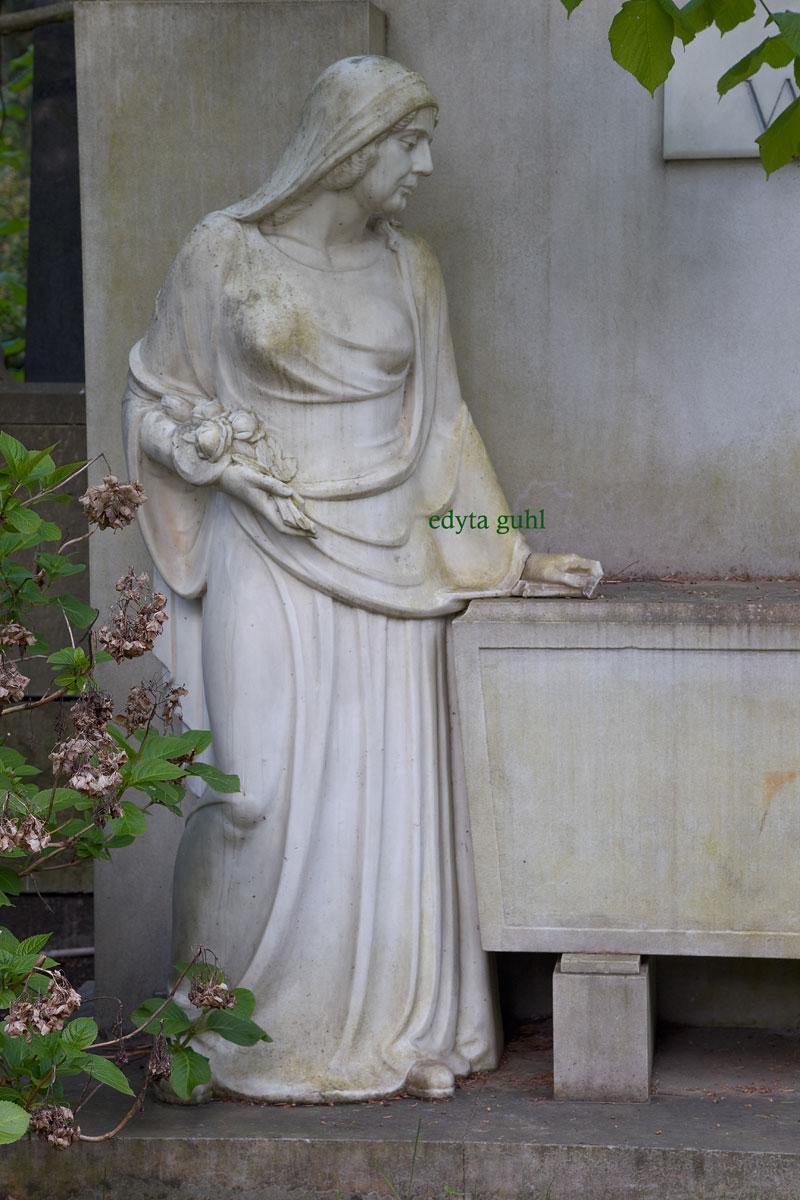 Ein beliebtes Symbol- Frau mit Rosen. Edyta Guhl.