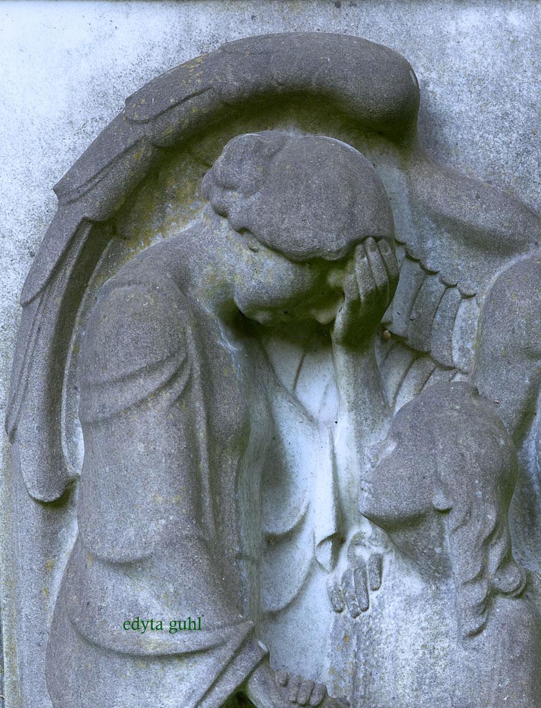Engel der Traurigkeit und Hoffnung auf Melaten. Edyta Guhl.