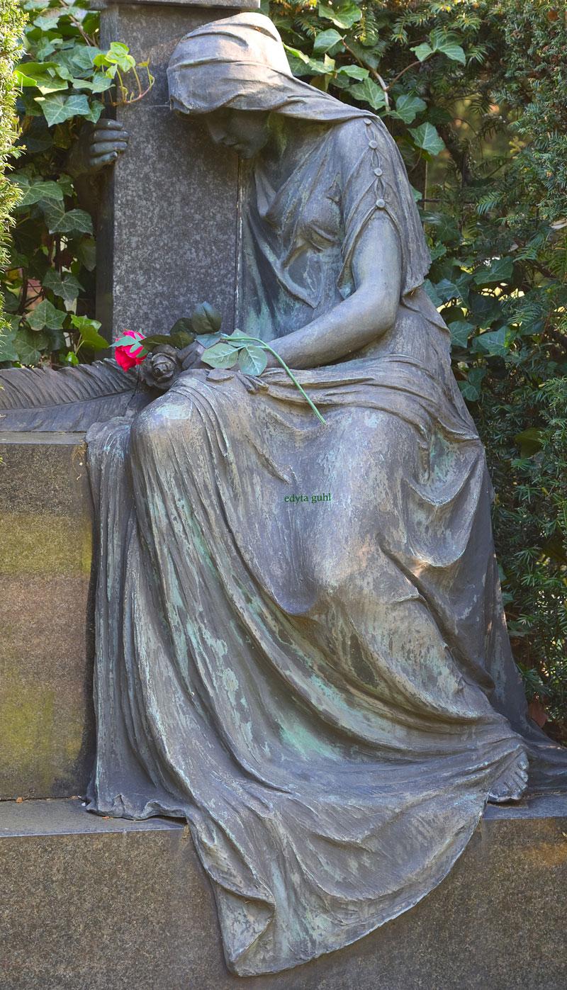 Detailarbeit: Knöpfchen am Kleid. Edyta Guhl. Melatenfriedhof.