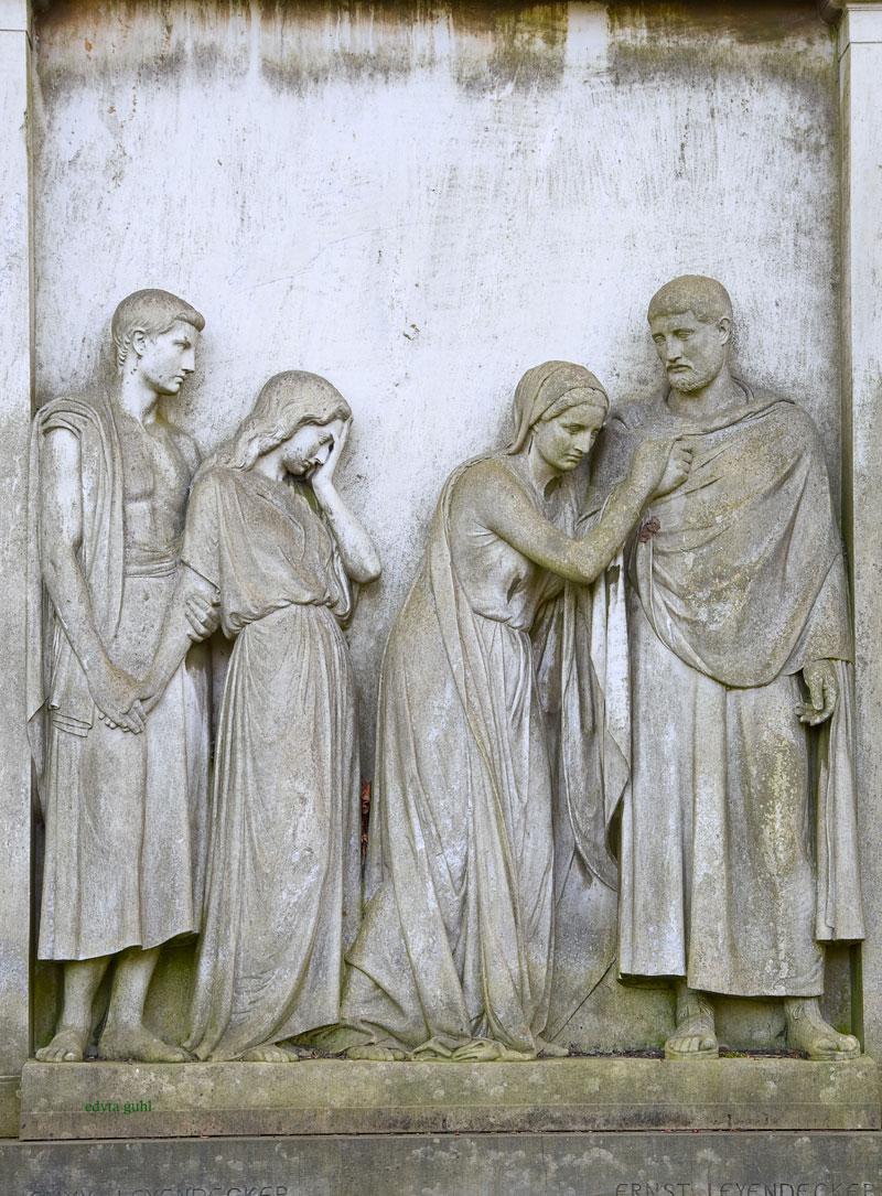 Figuren auf Melaten- Friedhof. Edyta Guhl.