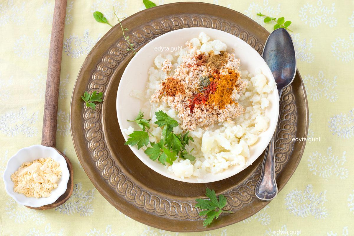 Blumenkohl- Puffer zubereiten. Zutaten für Gemüse- Puffer. Edyta Guhl.