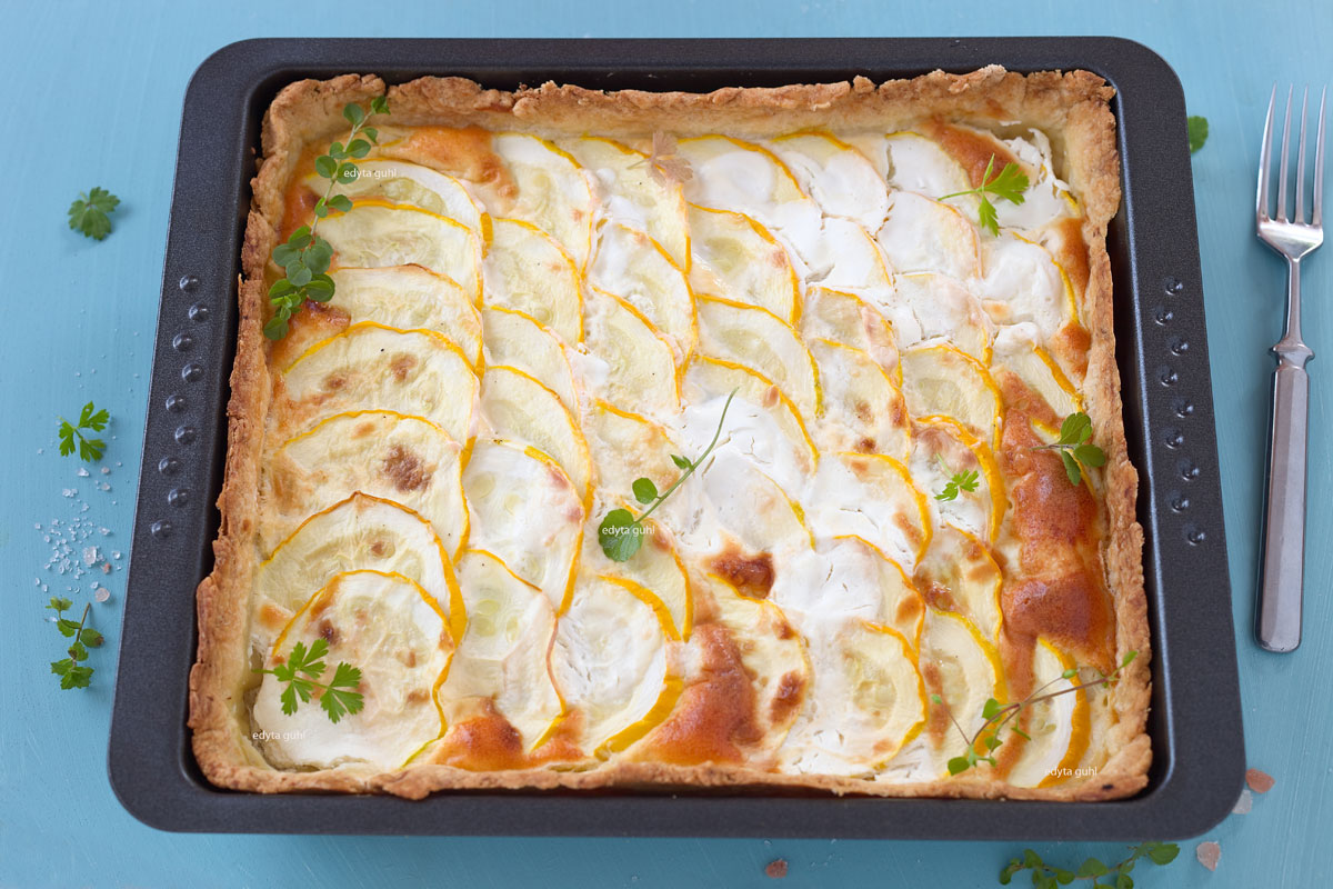 Gelbe Zucchini- Tarte in einer Form. Rezept für Zucchini- Tarte. Edyta Guhl.