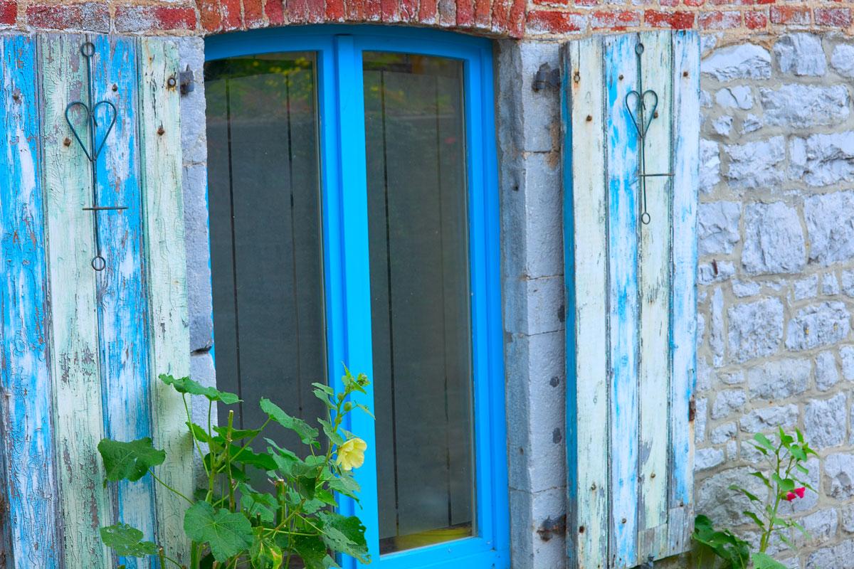 Blaues Fenster in Durbuy. Edyta Guhl.