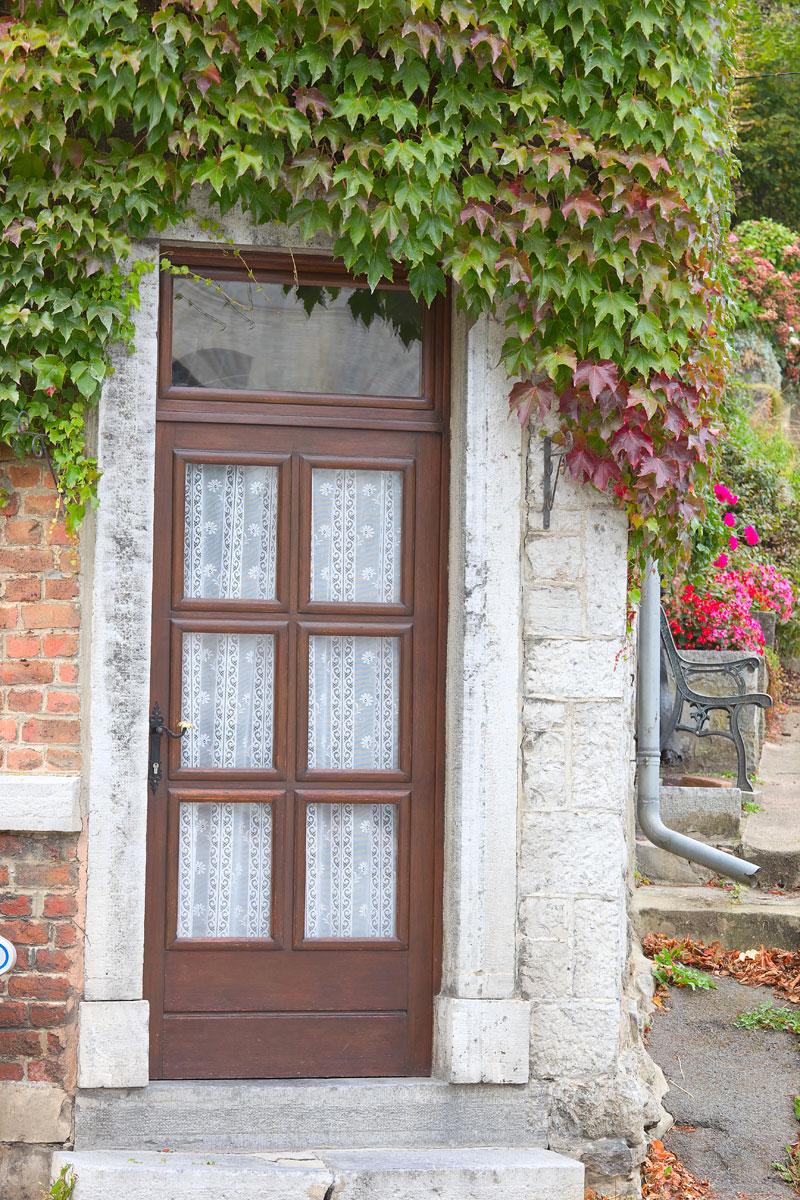 Alte Tür in Durbuy, Belgien. Edyta Guhl.