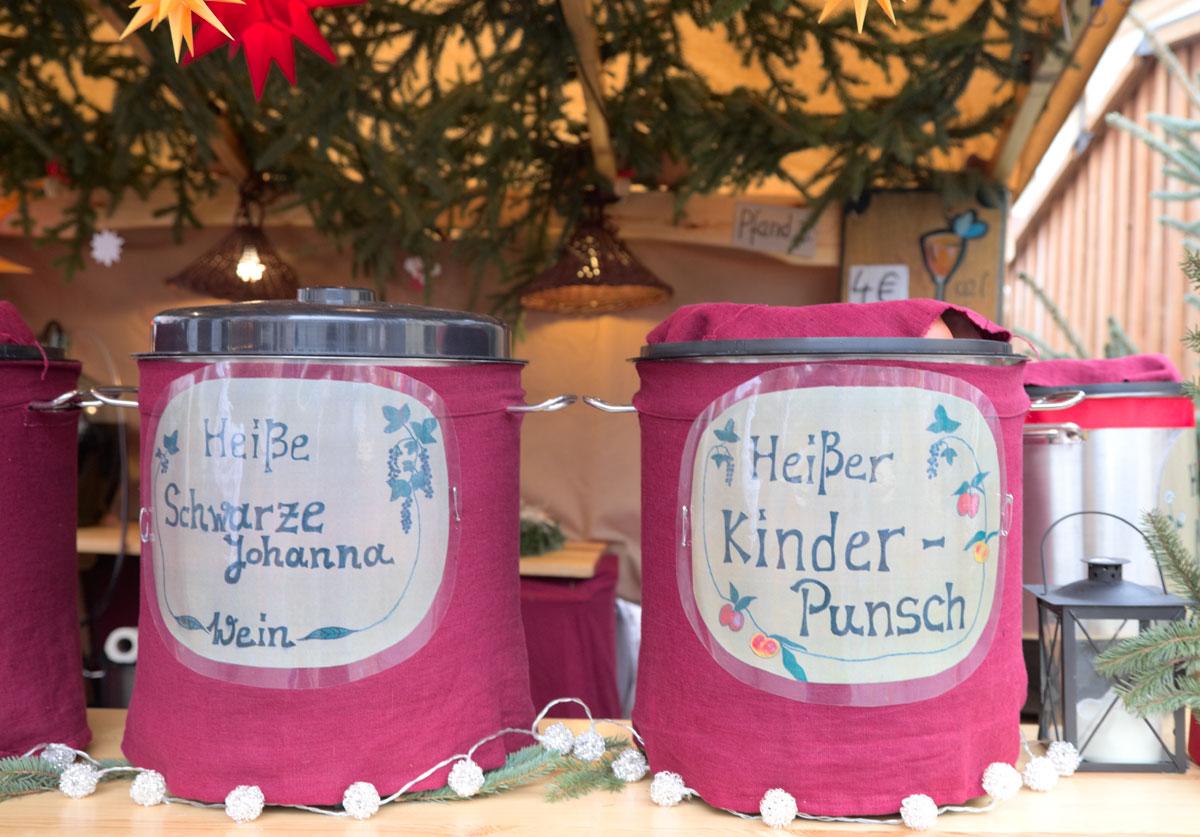 Getränke auf dem Weihnachtsmarkt. Edyta Guhl.