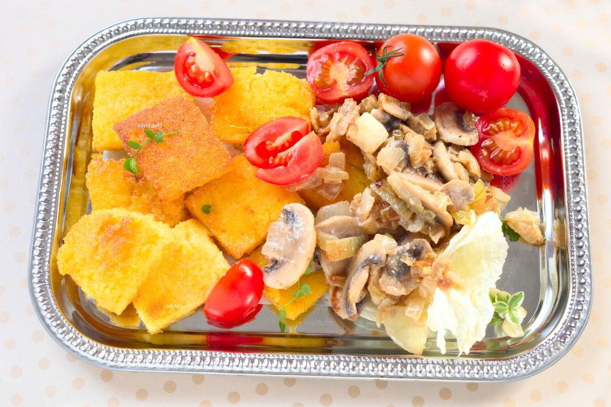 Polenta-Rauten mit Champignon-Soße und Tomaten. Edyta Guhl.