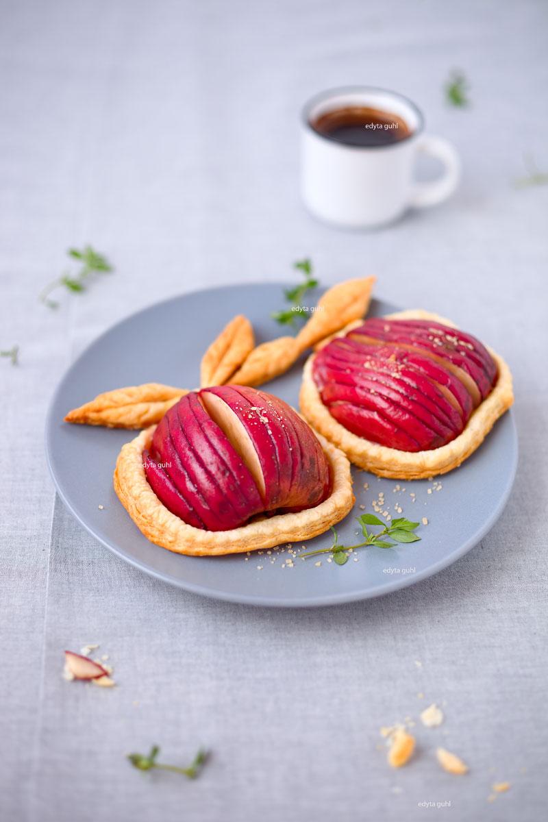 Äpfel auf Blätterteig. Edyta Ghl.