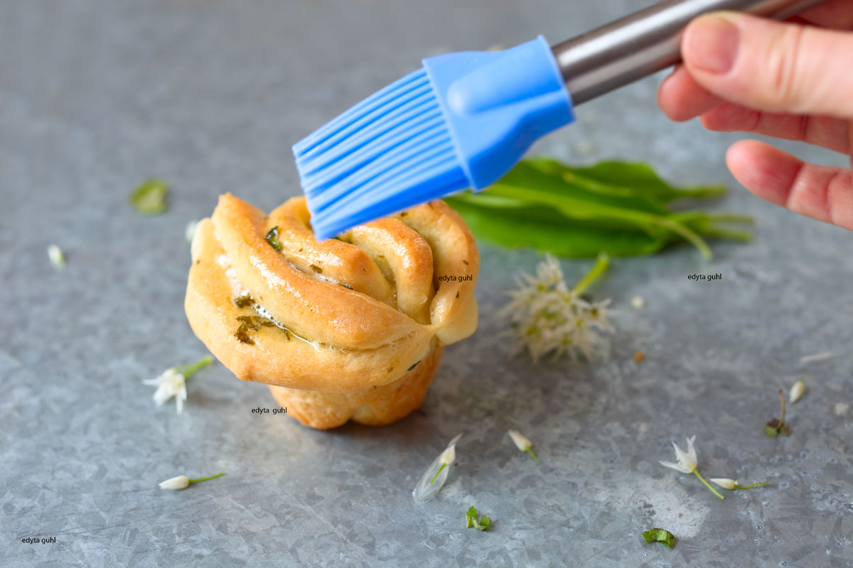 Kräuter-Zupfbrötchen-mit-Butter-bepinseln