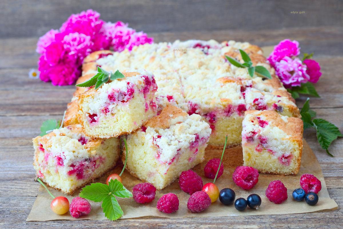 Obstkuchen-von-Blech-Beerenkuchen-mit-Streuseln