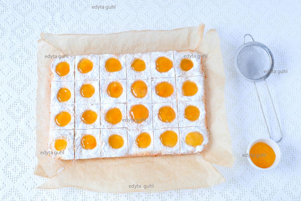 kuchen-mit-locher-marmelade